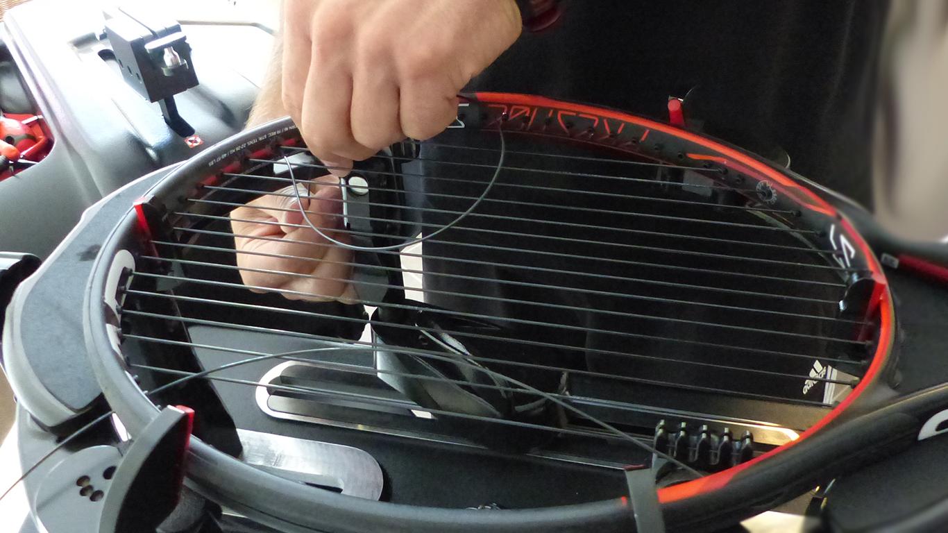 bespannen-schlaeger-besaiten-service-tennis-2